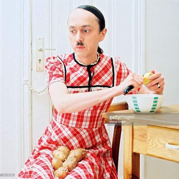 Женщина-Гитлер чистит картошку
