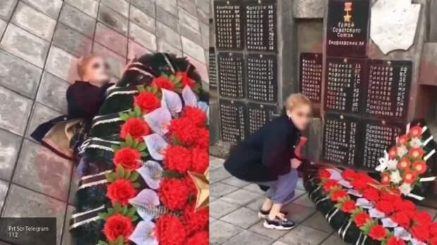 Школьники устроили фотосессию на фоне памятника ветеранам войны в Пермском крае