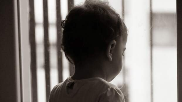 Младенец выпал из окна квартиры в Калининском районе Петербурга