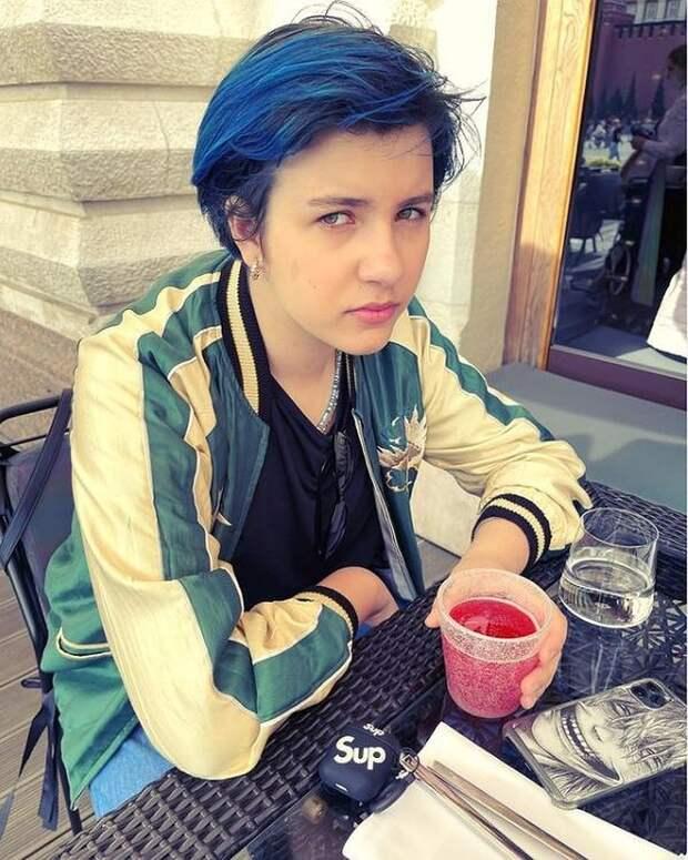 «Папина копия»: Дочь Урганта накануне 13-летия покрасила волосы в синий цвет
