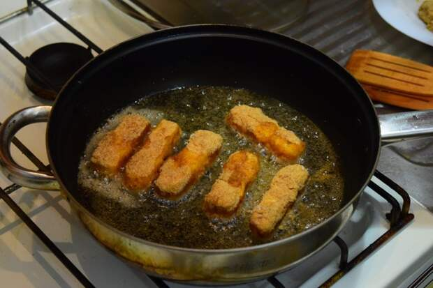 По 1-1.5 минуты на каждую сторону  Сырные палочки, видео, еда, к пиву, рецепт, своими руками