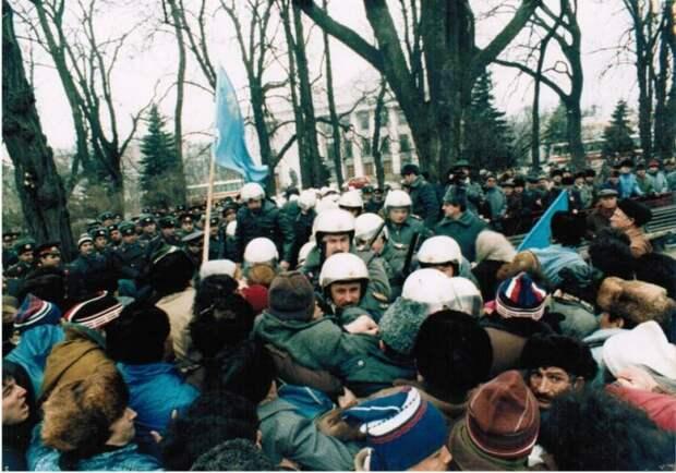 Крымские татары против милиции. Киев, март 1992.