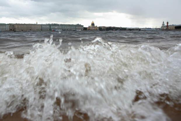 В Петербург со штормом и наводнением пришли «Хенрик» и «Игнатц»