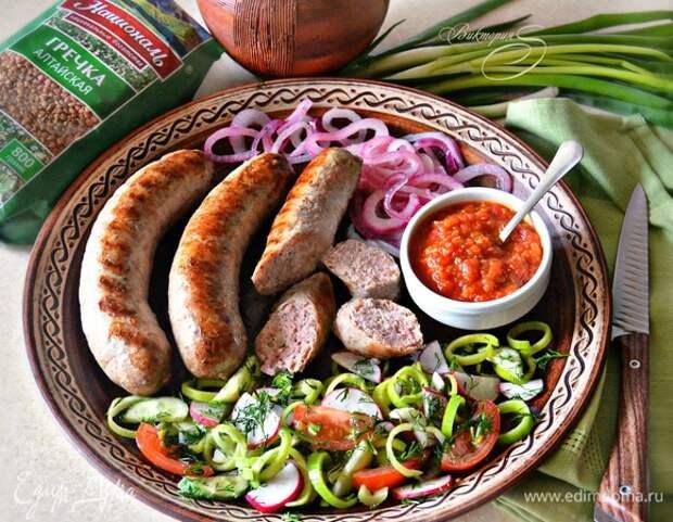 Мясные колбаски с гречкой для гриля. Ингредиенты: мясной фарш, гречневая крупа, лук репчатый