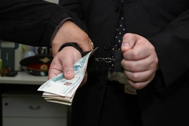 Сотрудника администрации Ялты посадили на 8 лет за взятку