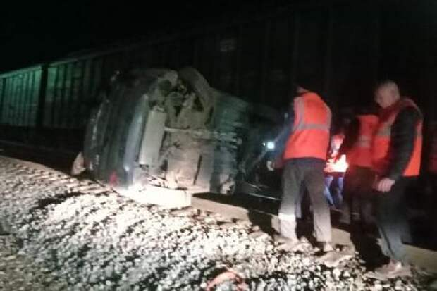 В Тамбовской области на железнодорожном переезде грузовой поезд столкнулся с иномаркой