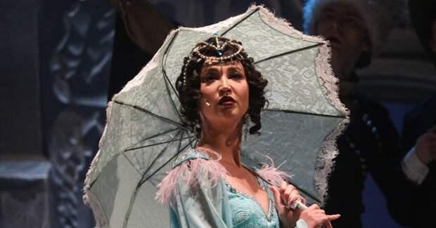 Ольга Бузова блистала на сцене театра в нарядах в стиле 1900-х годов