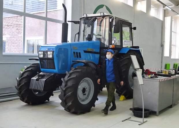 Тракторный вальс исполнили студенты колледжа в Уве