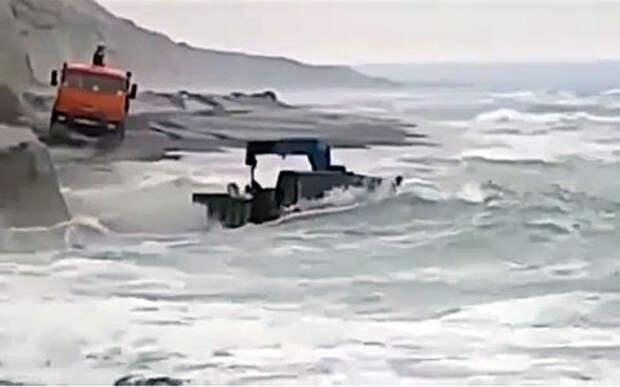 Это очень круто: КАМАЗы идут сквозь шторм (видео)