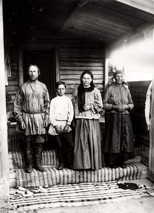 Крестьянская семья из деревни Ловатской Канского уезда, 1905 год Крестьяне, россия, старые фото