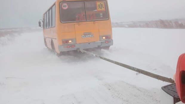 18 машин и школьные автобусы попали в снежный затор на Урале