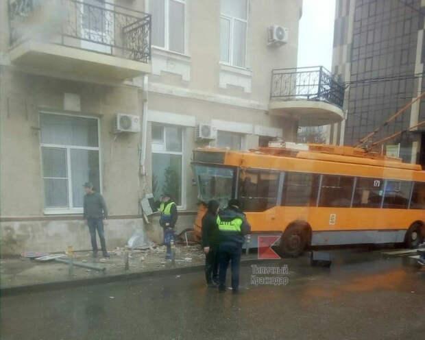 В Краснодаре троллейбус пробил стену здания