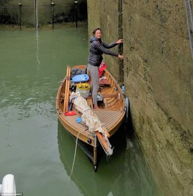 Супружеская пара проплыла на самодельной лодке с веслами путь из Англии во Францию лодка, путешествие