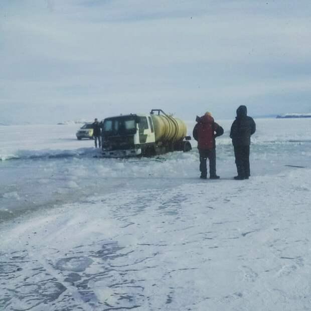 Ассенизатор провалился в трещину на озере Байкал
