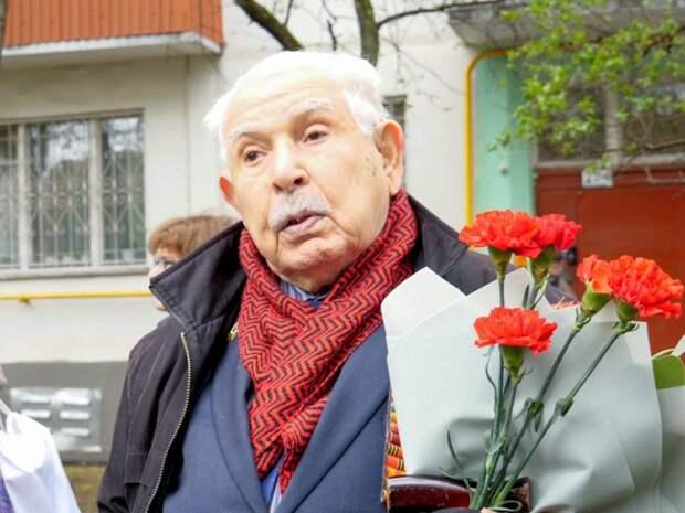 Депутат Петр Толстой поздравил с Днем Победы 98-летнего ветерана из района Кузьминки