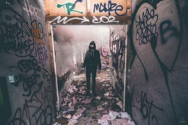 Севастополец получил срок за граффити на фасаде здания