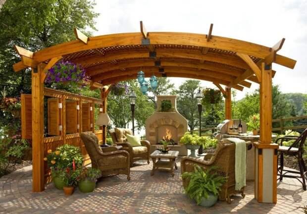 Древесина и лоза – идеальные материалы для создания открытой беседки в окружении сада. | Фото: remontbp.com.
