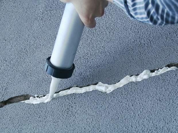 Чтобы трещины не расширялись и не портили тротуар, их нужно ремонтировать сразу. /Фото: s3.eu-central-1.amazonaws.com
