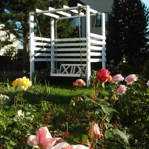 Качели с канатами в саду
