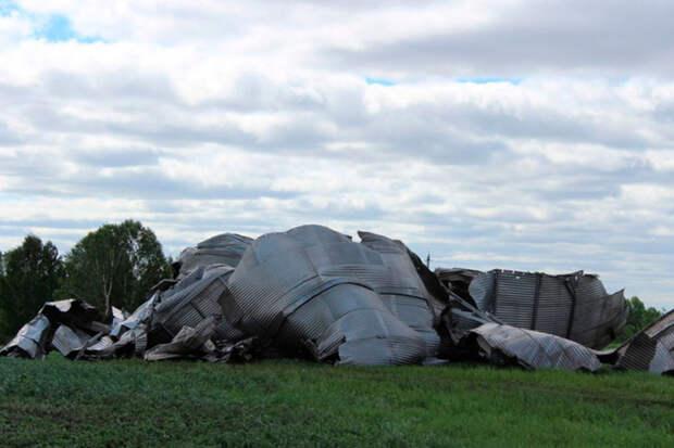 Разрушительный ураган снес огромные металлические бочки для зерна наАлтае