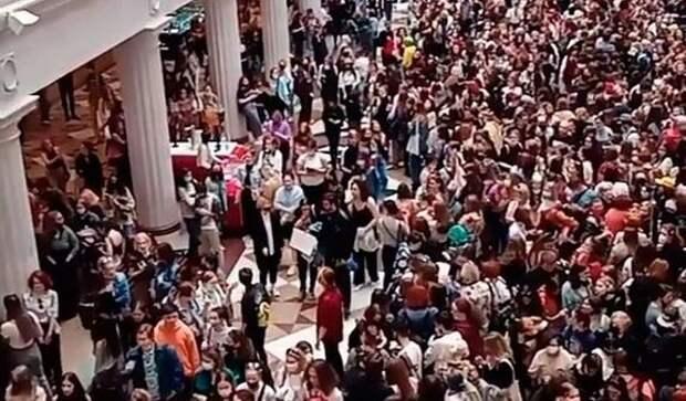 Автограф-сессия в ЦДМ или куда стояли все эти люди?