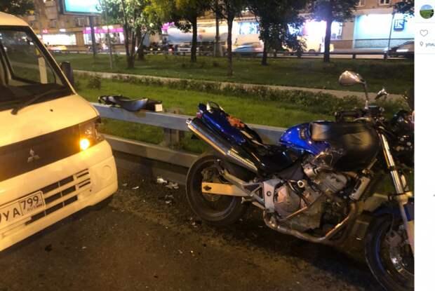 Грузовик врезался в мотоцикл на Нижней Масловке