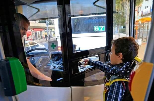 Как оформить банковскую карту для льготного проезда школьника в Крыму