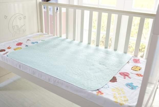 Подстилайте в детскую кроватку клеенку, чтобы там всегда было сухо / Фото: g02.a.alicdn.com