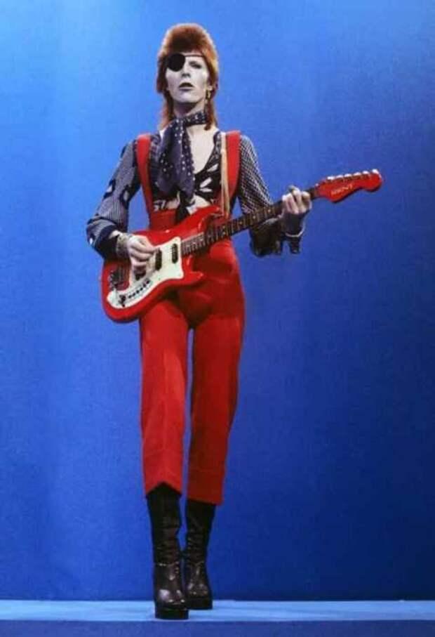 Боуи исполняет «Rebel Rebel» в телешоу TopPop 7 февраля 1974 года.
