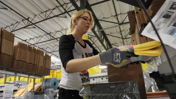 Рабочий на складе Amazon в Сан Бернардино, Калифорния