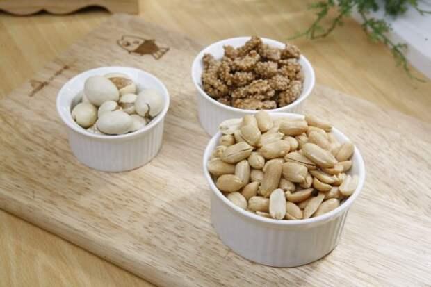 крекеры и орешки в пиалах