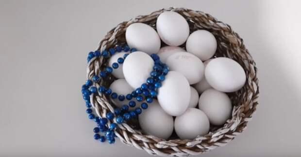 Необычная идея использования куриных яиц и бус