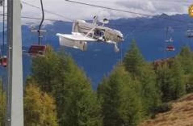 Самолет в Альпах запутался в проводах