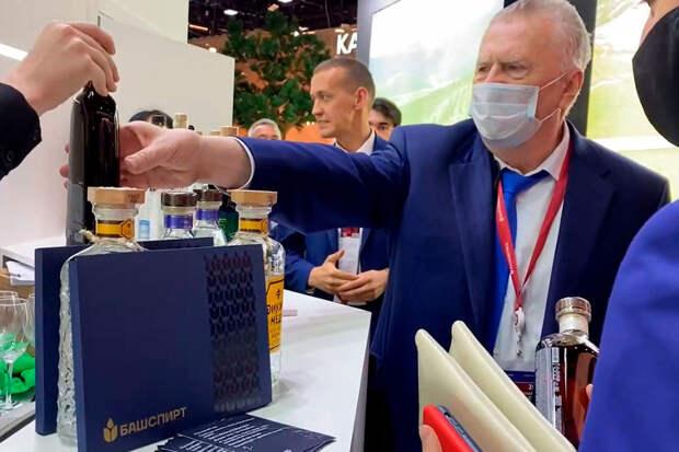 «Стыдно смотреть»: Жириновский презентовал себе алкоголь со стендаПМЭФ