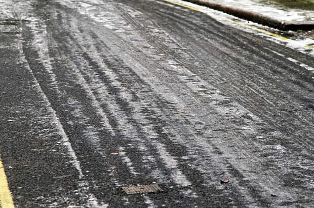 Из двора дома на Дмитровке убрали ледяные глыбы