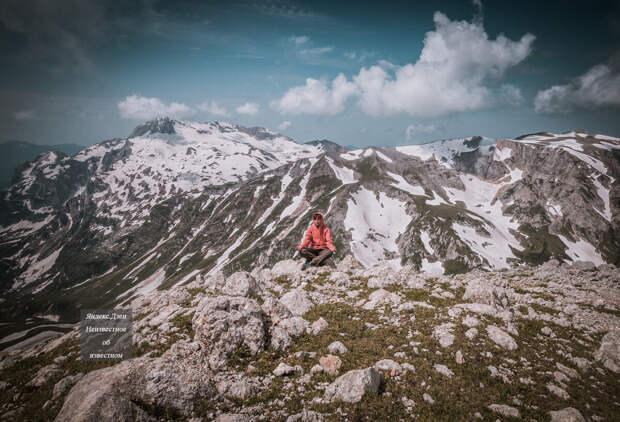 Слева знаменитый Фишт, справа гора Пшехо-Су