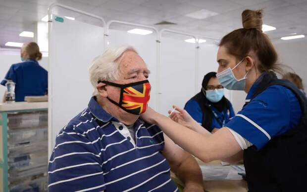 Times: британцам старше 50 лет предложат привиться третьей дозой вакцины от коронавируса