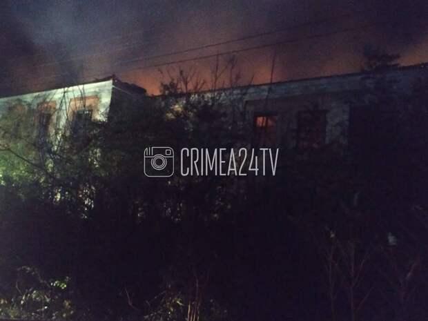 В Керчи горит двухэтажное здание. ФОТО