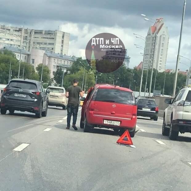 На улице Народного Ополчения водитель иномарки зазевался и устроил ДТП
