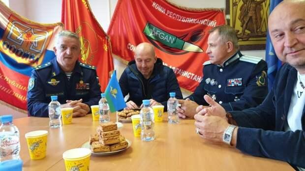 Актеры, исполнившие главные роли в фильме «Шугалей-2», встретились с ветеранами-десантниками в Сыктывкаре