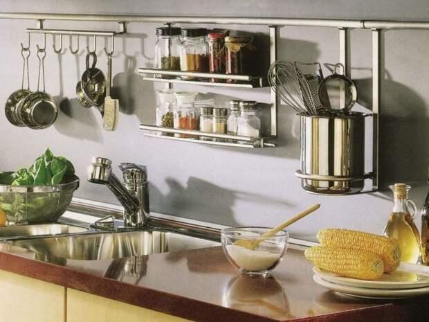 С таким расположением предметов, все самое необходимое всегда под рукой. /Фото: archidea.com.ua