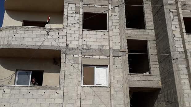 Рабочий попал в больницу после падения с высоты в Петербурге