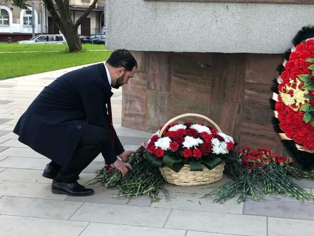 Ректор РХТУ Мажуга почтил память героев Великой Отечественной войны у памятника Маршалу Бирюзову. Фото: Полина Коник