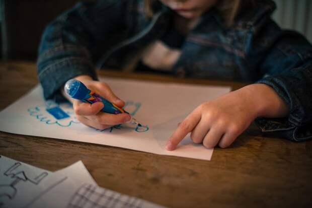 Явиться к матери на юбилей с детским рисунком в качестве подарка