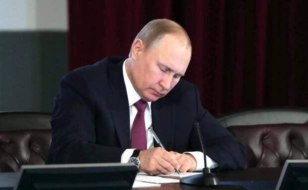 Путин подписал закон о праве экс-президента на пожизненное место сенатора