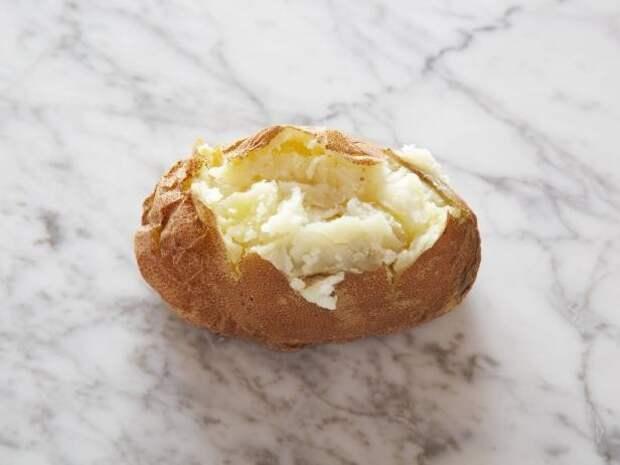 Печеный картофель 1 небольшой (от 4 до 6 сантиметров в диаметре) = 100 калорий    еда, калории