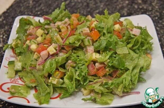 Салат из овощей с карбонатом и сыром