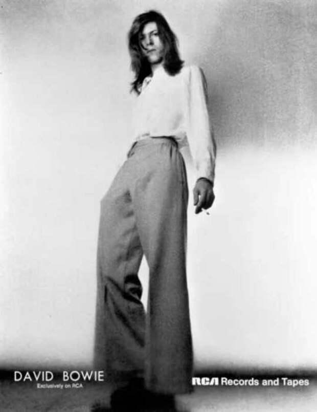 Дэвид Боуи позирует для фото обложки своего альбома «Hunky Dory» в декабре 1971 года.