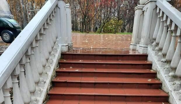 В сквере по Олонецкому проезду восстановили плитку на лестнице