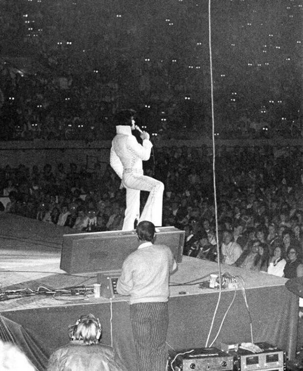 Зрители с биноклями на концерте Элвиса Пресли, 1970 г., Оклахома–Сити